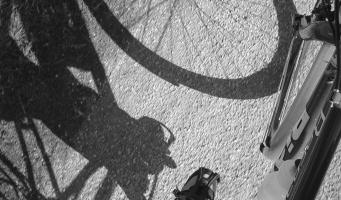 Schaduw van een fiets op asfalt