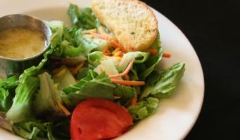 Bord met salade