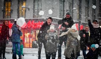 Tientallen mensen gooien sneeuwballen op Rijnplein