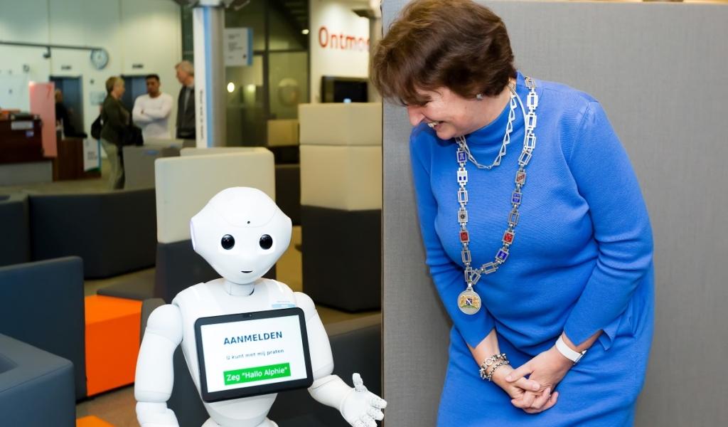 Robot Alphie Peppper samen met burgemeester Spies