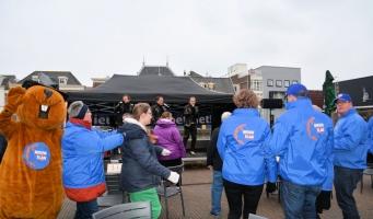 Verbroedering op Rijnplein tijdens feestje Nieuw Elan