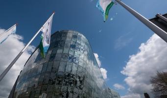 gemeentehuis met vlaggen