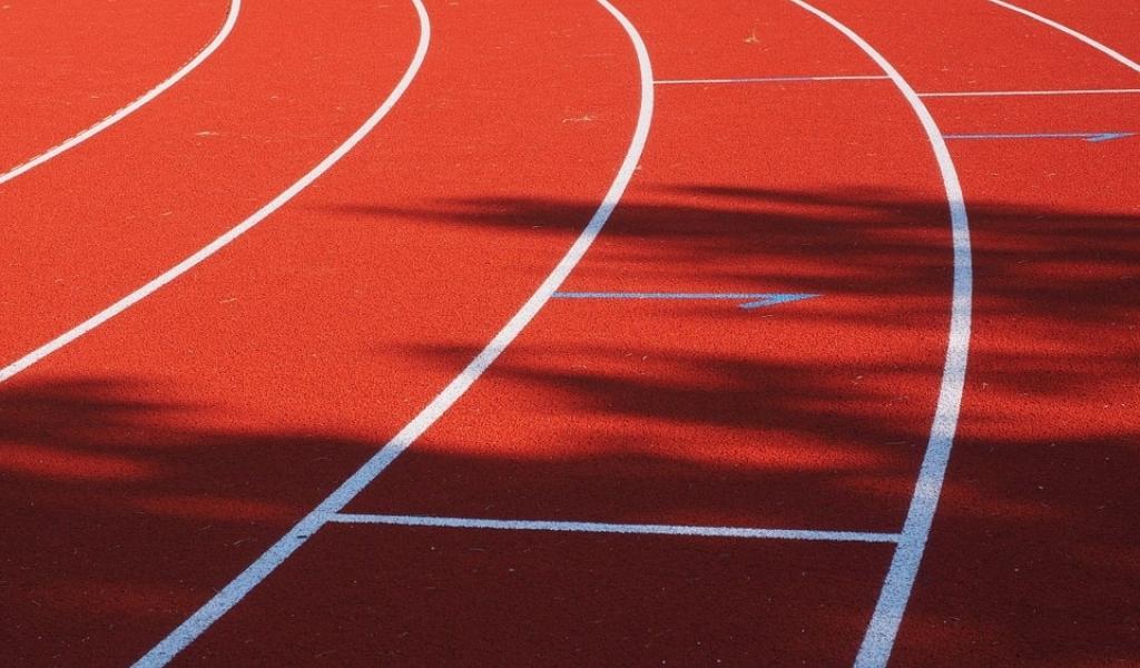 Baan atletiekvereniging AAV'36 krijgt nieuwe toplaag