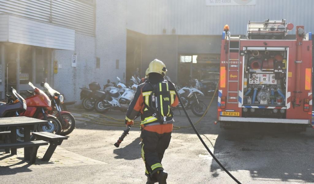 Brand bij motorzaak aan Zaagmolenweg in Alphen