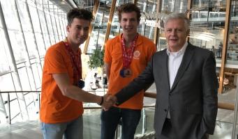 Wethouder Han de Jager feliciteert Alphenaren met derde prijs EuroSkills