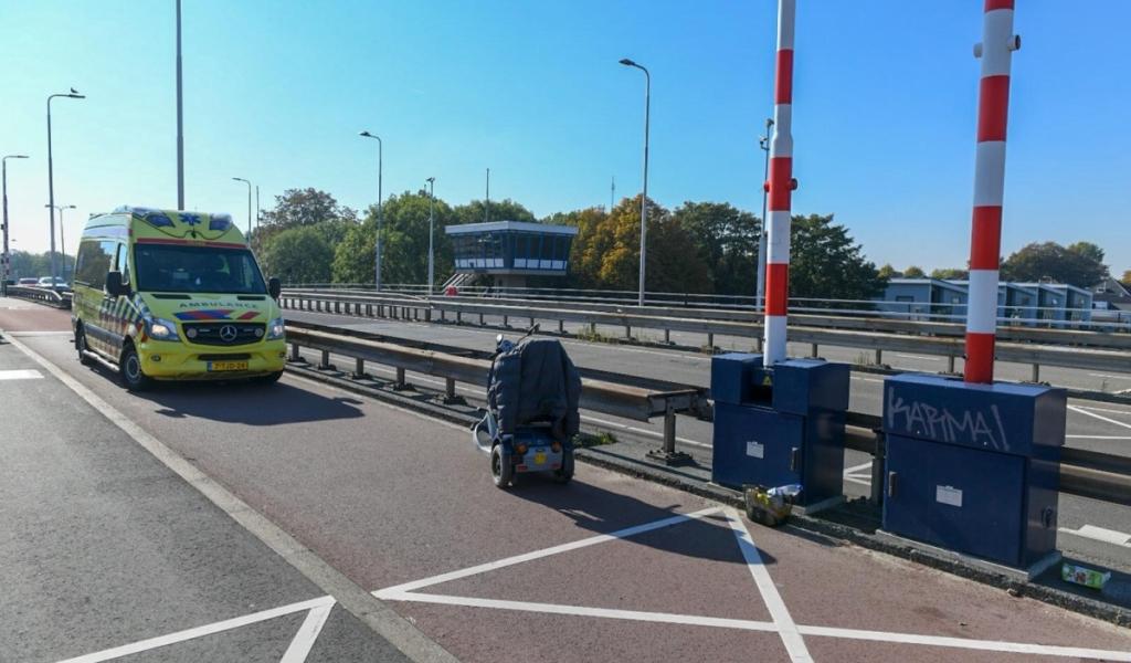 Man in scootmobiel botst tegen slagboom van brug