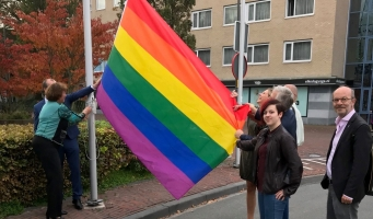 De regenboogvlag wordt gehesen aan het Raoul Wallenbergplein.
