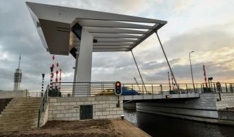 Verkeersstremming door storing aan Rijnhavenbrug