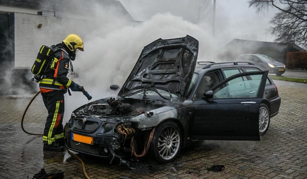 Auto brandt uit op parkeerplaats van Avifauna