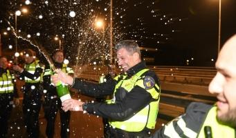 Politie luidt nieuwe jaar in op Albert Schweitzerbrug