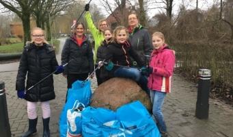 IVN-jeugdleden verzamelen zes zakken afval in een uur