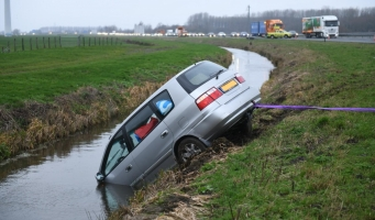 Auto te water langs de N11 bij Leidse Schouw