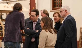 Yardeni Vorst (op de rug gezien) geeft uitleg over de restauratie aan Joost Kuggeleijn (Ministerie) Marjolein Verschuur (RCE) en Monique Veldman en Niko Geerlings (beiden Stichting Museumpark Archeon)