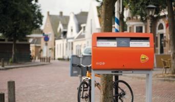 Post in Alphen wordt bezorgd met elektrische (bak)fiets