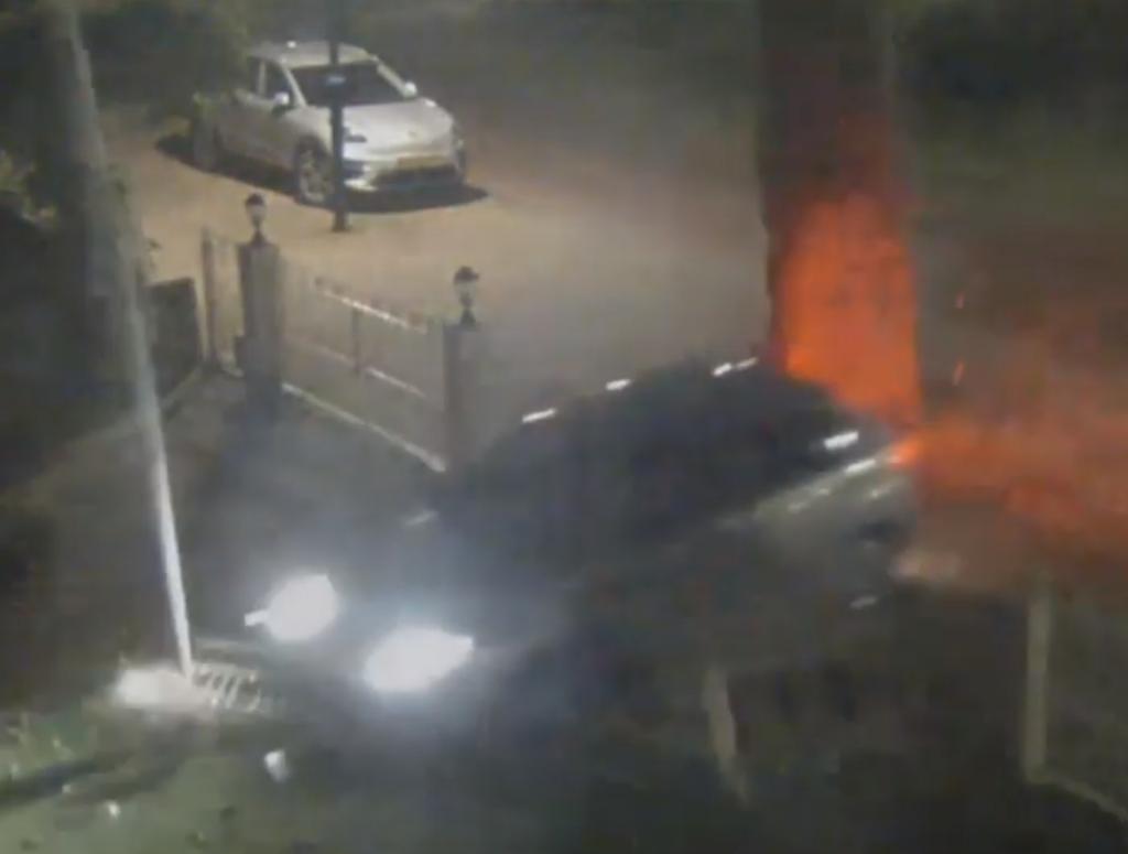 Video: mafkezen rijden dwars door tuinhek