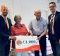 Ronde Tafel 84 schenkt bedrag Alzheimer Café Alphen