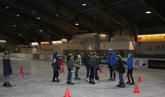 Van krabbelaars naar schaatsers: Alphense scholen kregen een clinic van STC De Rijnstreek